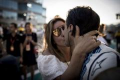 Yas Marina Circuit, Abu Dhabi, United Arab Emirates.Sunday 26 November 2017.Felipe Massa, Williams Martini Racing, gets a kiss from his wife Anna prior to the start of his final race in F1.Photo: Glenn Dunbar/Williamsref: Digital Image _X4I9157