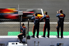 MONZA, ITALY - SEPTEMBER 03: The Red Bull Racing team applaud as Daniel Ricciardo of Australia driving the (3) Red Bull Racing Red Bull-TAG Heuer RB13 TAG Heuer finishes during the Formula One Grand Prix of Italy at Autodromo di Monza on September 3, 2017 in Monza, Italy. (Photo by Mark Thompson/Getty Images) // Getty Images / Red Bull Content Pool // P-20170903-28163 // Usage for editorial use only // Please go to www.redbullcontentpool.com for further information. //
