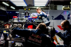 SUZUKA, JAPAN - OCTOBER 06: Scuderia Toro Rosso mechanics preparing the car during practice for the Formula One Grand Prix of Japan at Suzuka Circuit on October 6, 2017 in Suzuka. (Photo by Peter Fox/Getty Images) // Getty Images / Red Bull Content Pool // P-20171006-00744 // Usage for editorial use only // Please go to www.redbullcontentpool.com for further information. //