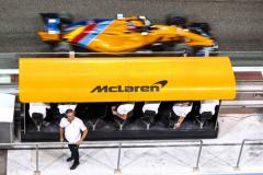 Yas Marina Circuit, Abu Dhabi, United Arab Emirates.Sunday 25 November 2018Fernando Alonso, McLaren MCL33, passes the pit wall as Gil de Ferran, Sporting Director, McLaren, looks towards the garage.World Copyright: Sam Bloxham/McLarenref: _W6I6102