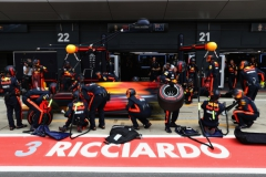 NORTHAMPTON, ENGLAND - JULY 16: Daniel Ricciardo of Australia driving the (3) Red Bull Racing Red Bull-TAG Heuer RB13 TAG Heuer makes a pit stop for new tyres during the Formula One Grand Prix of Great Britain at Silverstone on July 16, 2017 in Northampton, England. (Photo by Mark Thompson/Getty Images) // Getty Images / Red Bull Content Pool // P-20170716-01164 // Usage for editorial use only // Please go to www.redbullcontentpool.com for further information. //