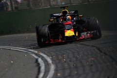 MELBOURNE, AUSTRALIA - MARCH 23: Daniel Ricciardo of Australia driving the (3) Aston Martin Red Bull Racing RB14 TAG Heuer on track during practice for the Australian Formula One Grand Prix at Albert Park on March 23, 2018 in Melbourne, Australia. (Photo by Charles Coates/Getty Images) // Getty Images / Red Bull Content Pool // AP-1V4VHY9N11W11 // Usage for editorial use only // Please go to www.redbullcontentpool.com for further information. //