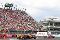 MEXICO CITY, MEXICO - OCTOBER 28: Daniel Ricciardo of Australia driving the (3) Aston Martin Red Bull Racing RB14 TAG Heuer leads Sebastian Vettel of Germany driving the (5) Scuderia Ferrari SF71H on track during the Formula One Grand Prix of Mexico at Autodromo Hermanos Rodriguez on October 28, 2018 in Mexico City, Mexico.  (Photo by Charles Coates/Getty Images) // Getty Images / Red Bull Content Pool  // AP-1XBJRA4J12111 // Usage for editorial use only // Please go to www.redbullcontentpool.com for further information. //