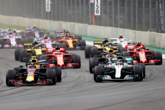 MEXICO CITY, MEXICO - OCTOBER 28:  Max Verstappen of the Netherlands driving the (33) Aston Martin Red Bull Racing RB14 TAG Heuer leads Lewis Hamilton of Great Britain driving the (44) Mercedes AMG Petronas F1 Team Mercedes WO9 and the rest of the field into turn one at the start during the Formula One Grand Prix of Mexico at Autodromo Hermanos Rodriguez on October 28, 2018 in Mexico City, Mexico.  (Photo by Mark Thompson/Getty Images) // Getty Images / Red Bull Content Pool  // AP-1XBGBU1Q11W11 // Usage for editorial use only // Please go to www.redbullcontentpool.com for further information. //