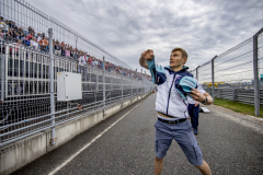 Sochi, RussiaSunday 30 September 2018.Sergey Sirotkin, Williams Racing, throws hats to fans.Photo: Glenn Dunbar/Williams F1ref: Digital Image W31I3964